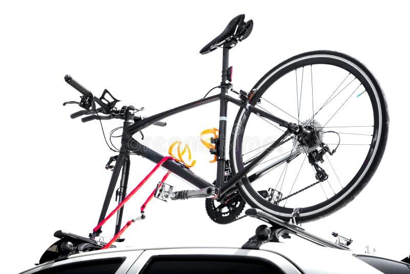 Las bicicletas en el top del coche cubren aislado fotos de archivo