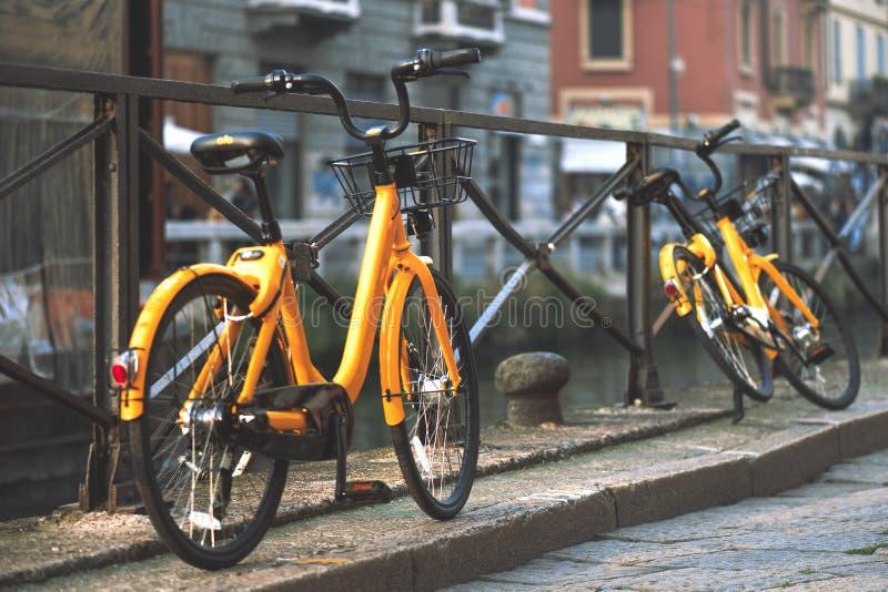 Las bicicletas en Milan Italy están disponibles para el transporte público t imagen de archivo