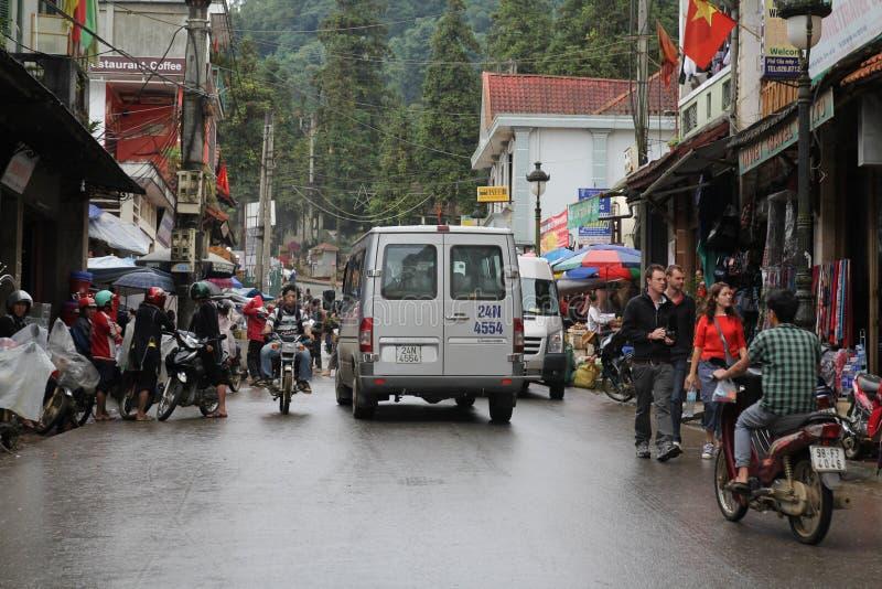 Las bicicletas, los caballos de carro y los burros siguen siendo el medio de transporte dominante en pequeño Mompos pintoresco, e imagenes de archivo