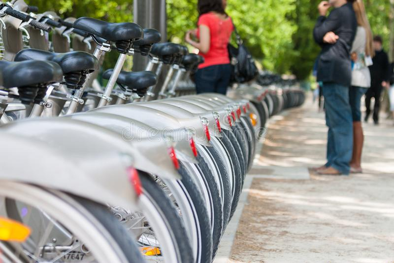 Las bicicletas para el alquiler están esperando a los usuarios, París, Francia, Europa foto de archivo