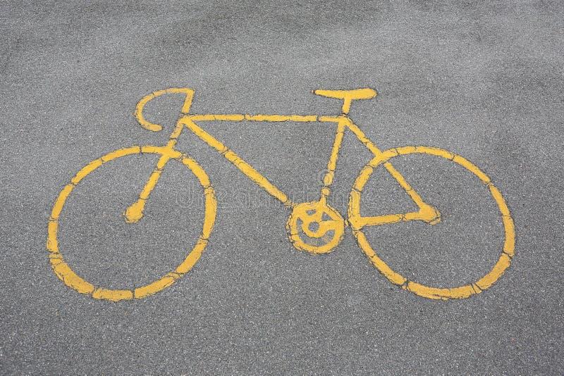 Las bicicletas permitieron la muestra en el camino imagen de archivo libre de regalías