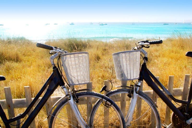 Las bicicletas se juntan estacionado en la playa de Formentera fotografía de archivo libre de regalías