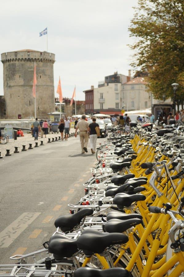 Las bicis amarillas de La Rochelle fotos de archivo libres de regalías