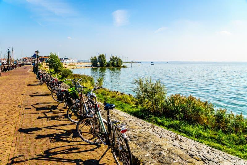 Las bicis holandesas típicas parqueadas en la 'promenade' a lo largo del mar interior nombraron IJselmeer imagenes de archivo