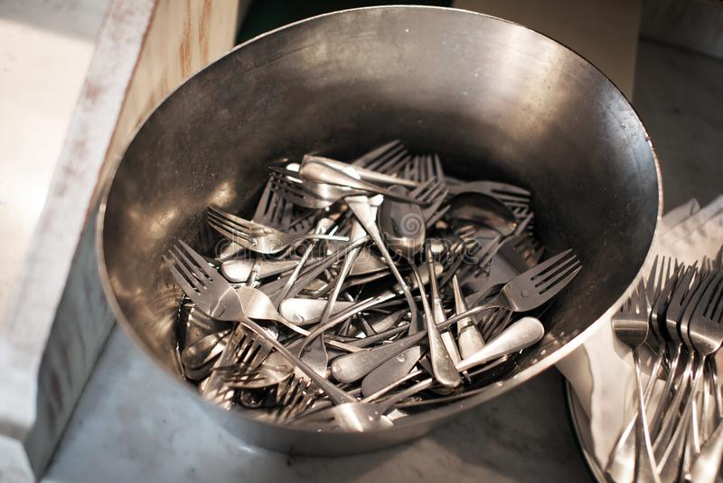 Las bifurcaciones y las cucharas de la tabla se lavaron en un lavabo foto de archivo libre de regalías