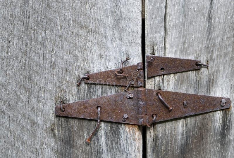 Las bisagras de puerta oxidadas de granero y los clavos doblados en roble antiguo explotan los árboles, granja de Parker-Hickman, imágenes de archivo libres de regalías