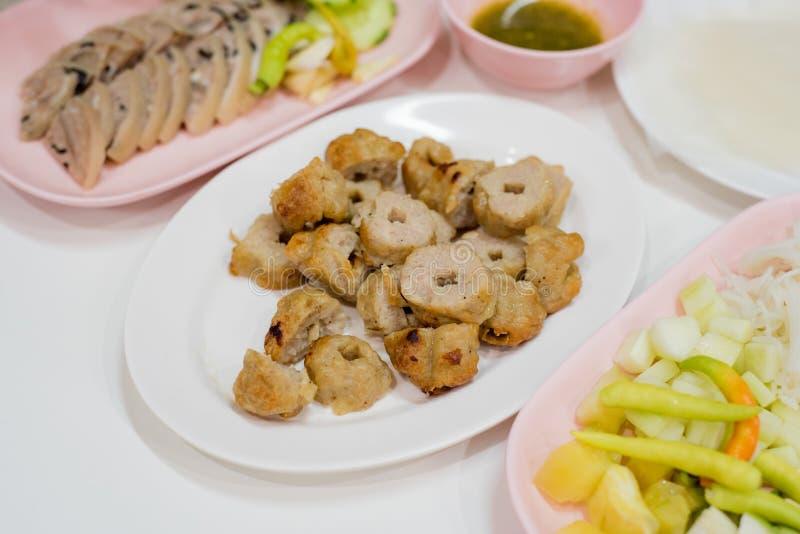 Las bolas asadas a la parrilla del cerdo sirven con las verduras frescas, papeles de arroz, estafa fotografía de archivo libre de regalías
