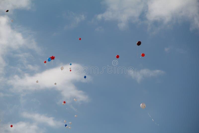Las bolas coloridas vuelan en el cielo fotos de archivo