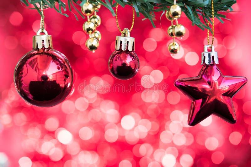 Las bolas de la Navidad y el ornamento de la estrella adornan en árbol de abeto con rojo imágenes de archivo libres de regalías