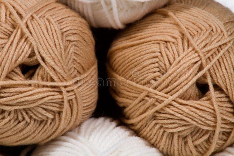 Las bolas de las lanas blancas y beige resumen el fondo imágenes de archivo libres de regalías
