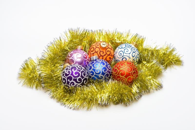 Las bolas de los ornamentos de la Navidad ponen en la malla de oro como huevos en bolas de la jerarquía como huevos en el símbolo foto de archivo libre de regalías