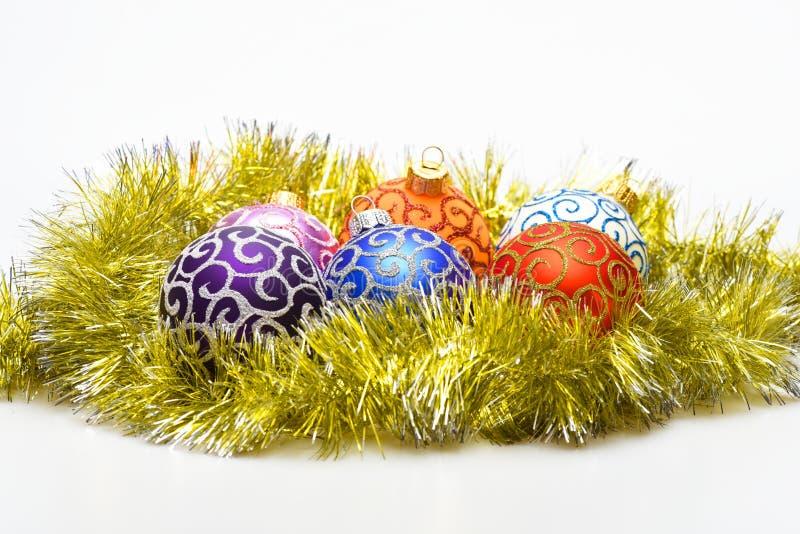 Las bolas de los ornamentos de la Navidad ponen en la malla de oro como huevos en las bolas de la jerarquía para la decoración en imagenes de archivo