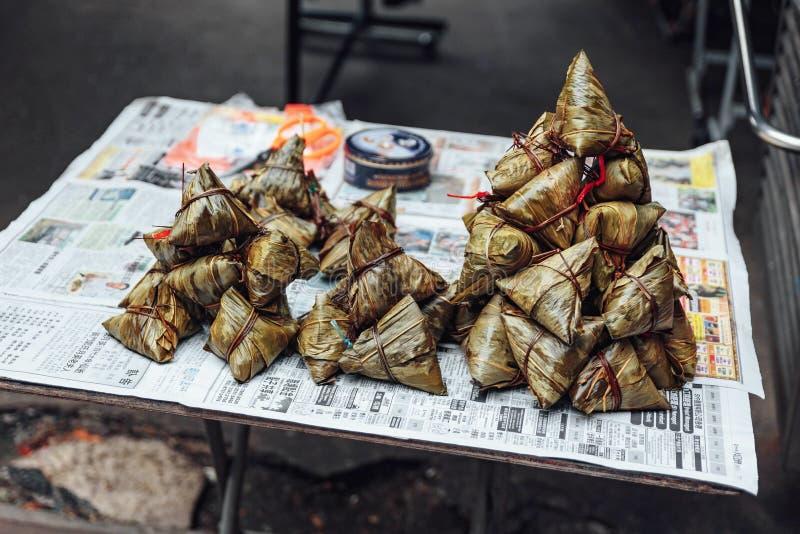 Las bolas de masa hervida del arroz pegajoso de Zongzi son una comida del chino tradicional imagenes de archivo