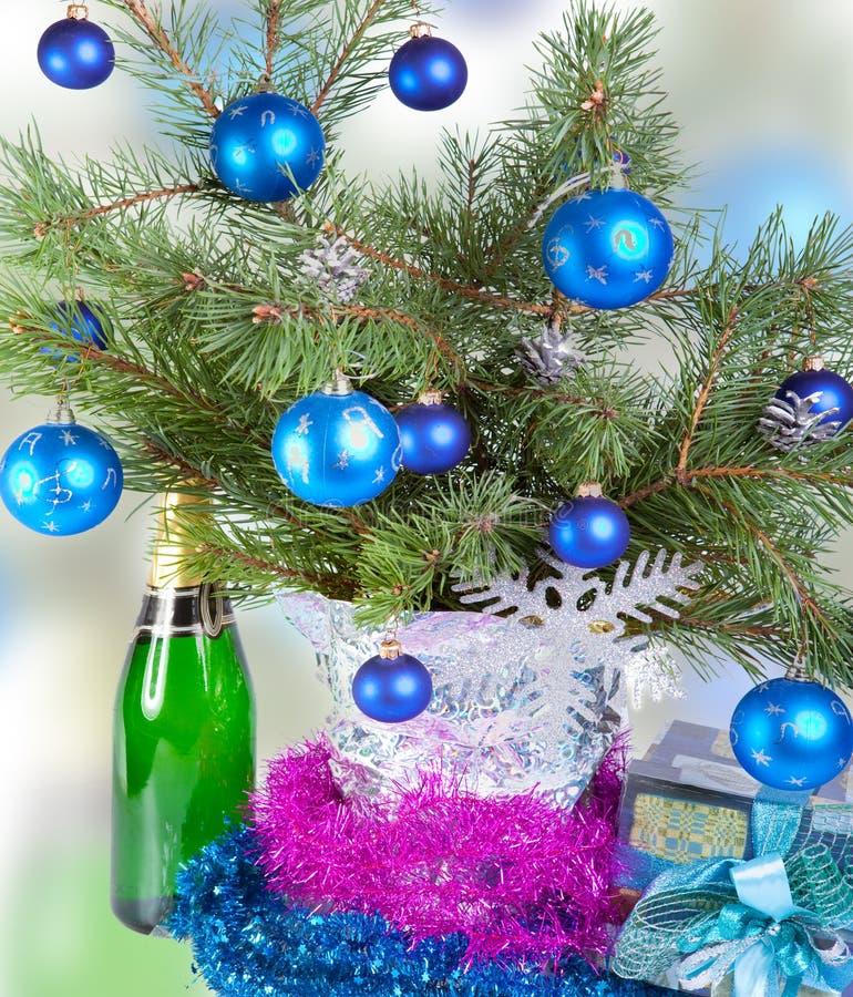 Las bolas del Año Nuevo en ramas de un árbol de navidad. Aún-vida fotografía de archivo libre de regalías