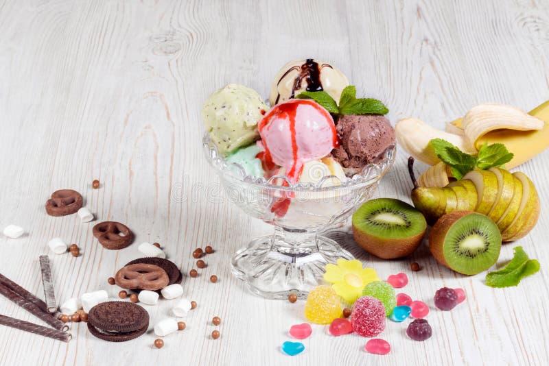 Las bolas del helado tiraron el primer en el agua imagen de archivo libre de regalías