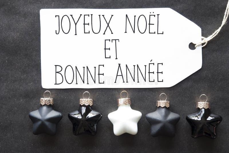 Las bolas negras del árbol de navidad, Bonne Annee significan Feliz Año Nuevo foto de archivo