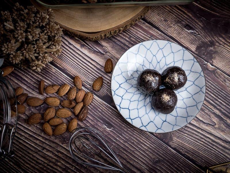 Las bolas orgánicas sanas de la energía de la fecha con el chocolate oscuro, secaron la FRU imagen de archivo libre de regalías