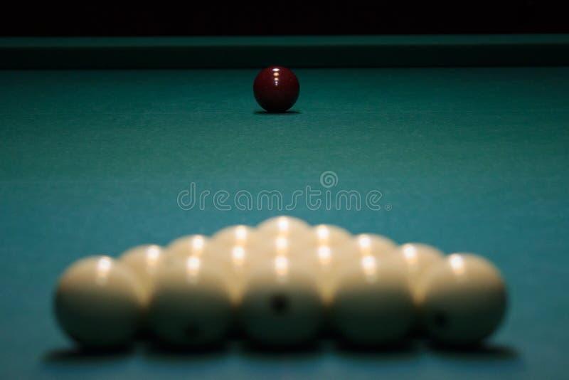 Las bolas para los billares rusos se alinean con una pirámide al principio del juego bolas blancas en una tabla verde deporte ser fotos de archivo