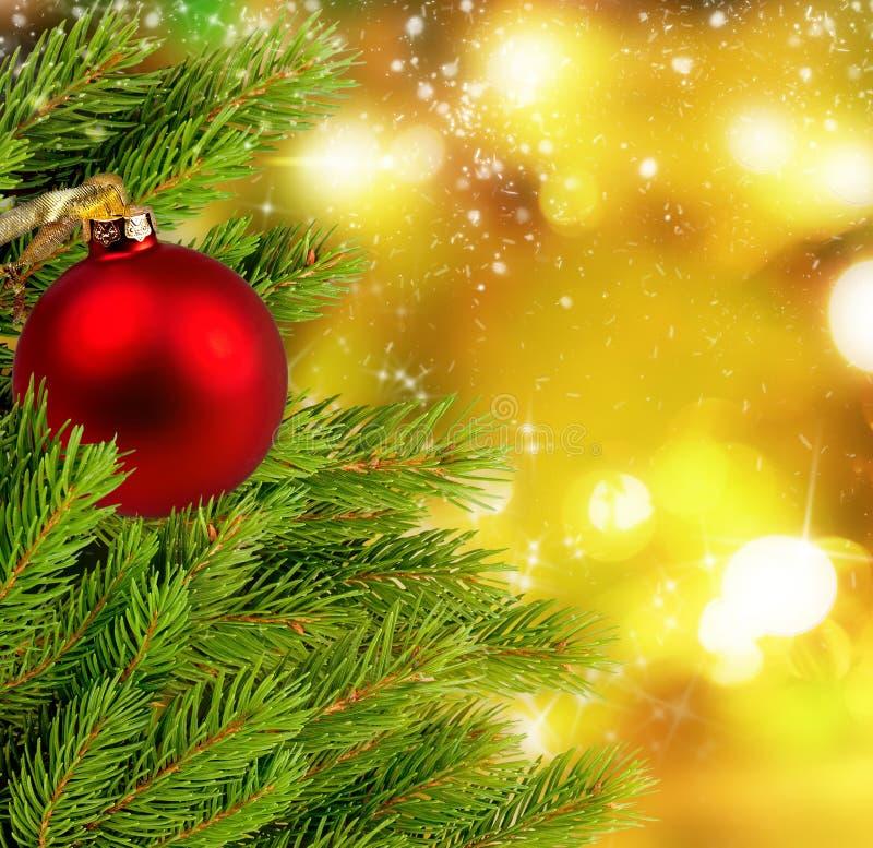 Las bolas y el abeto de la Navidad ramifican en fondo con las luces brillantes fotos de archivo