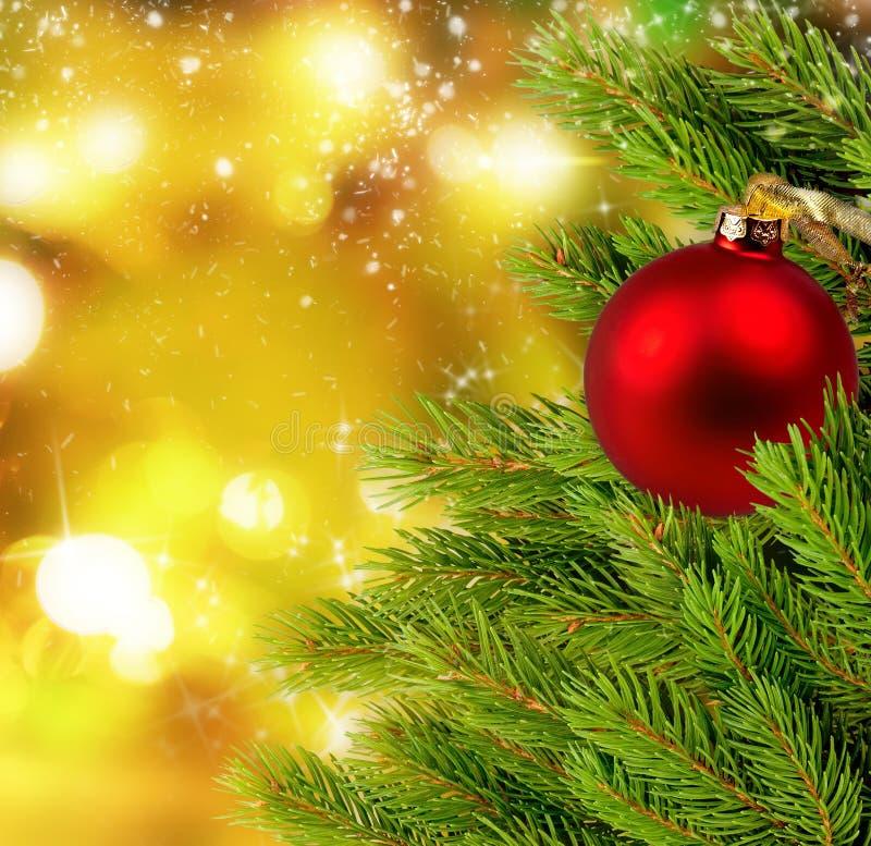 Las bolas y el abeto de la Navidad ramifican en fondo con las luces brillantes fotografía de archivo libre de regalías