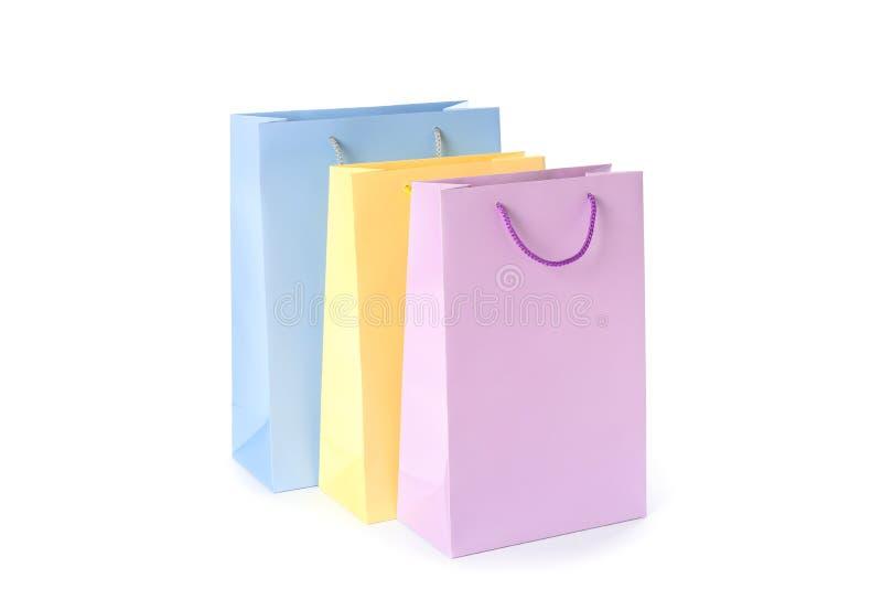 Las bolsas de papel del color aislaron fotografía de archivo libre de regalías