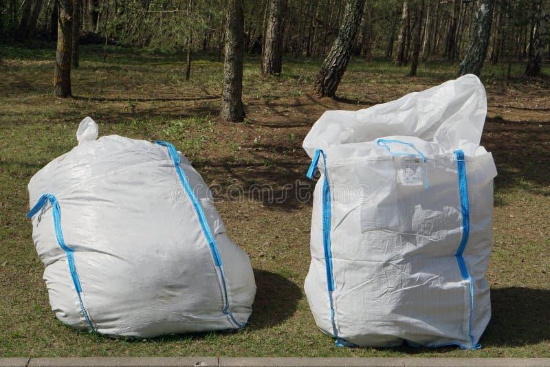 Las bolsas de plástico grandes para las ramas y las hojas fotos de archivo
