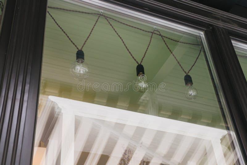 Las bombillas de la plata de la ejecución del vintage, hacen compras las exhibiciones de la ventana delantera fotografía de archivo