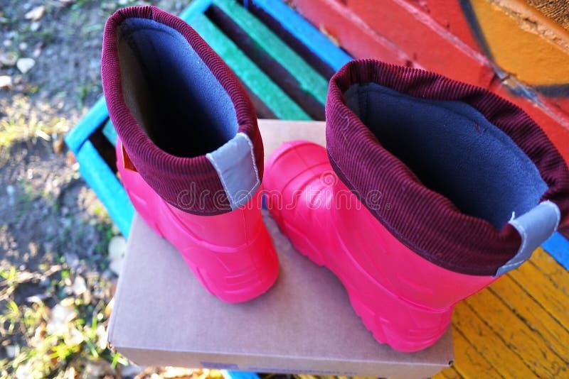 Las botas de los niños brillantes y cómodos con un alto cuello Conveniente para el invierno, el otoño y la primavera El forro int foto de archivo