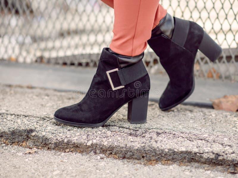 Las botas negras de las mujeres fotos de archivo