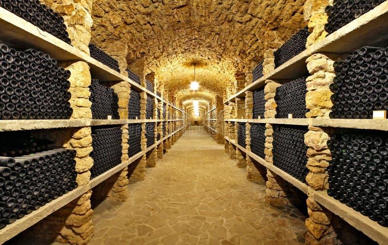 Las botellas antiguas de vino en el sótano antiguo El VI único imagen de archivo libre de regalías