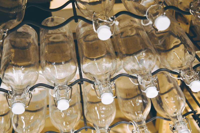 Las botellas apiladas en el metal atormentan el tiro imagen de archivo libre de regalías