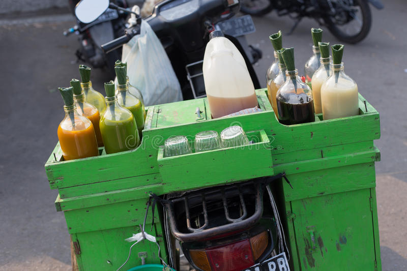 Las botellas coloridas de jugos y de salsas vendieron en la parte de atrás de la moto, Java, Indonesia fotografía de archivo libre de regalías
