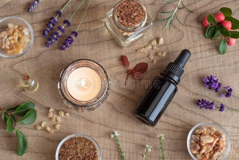 Las botellas de aceite esencial con incienso, wintergreen, lavende imagen de archivo libre de regalías