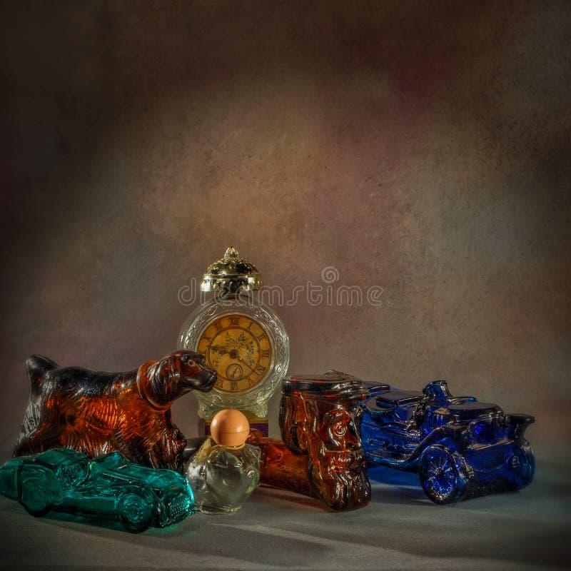 Las botellas de perfume del vintage en diverso botella-estudio trabajo-Figural de cristal shapesClasic tiraron kalyan cerca del m foto de archivo libre de regalías