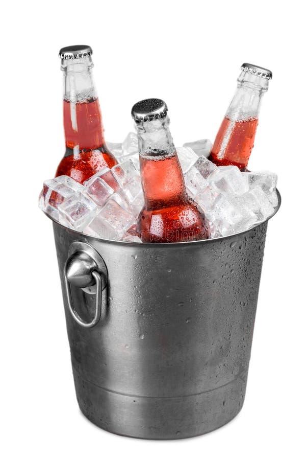 Las botellas de soda en un cubo llenaron de hielo fotos de archivo libres de regalías