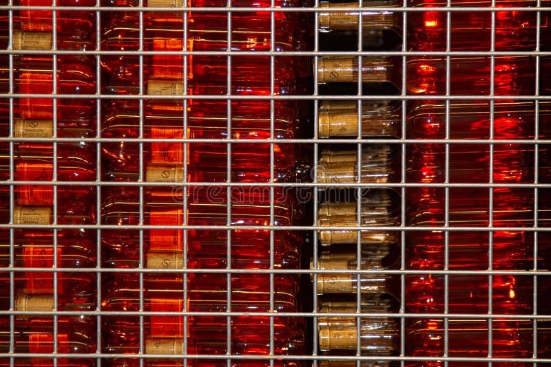 Las botellas de vino se almacenan en una caja esquelética imagen de archivo libre de regalías
