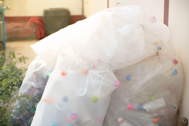Las botellas plásticas vacías están separando la basura antes reciclan imagenes de archivo