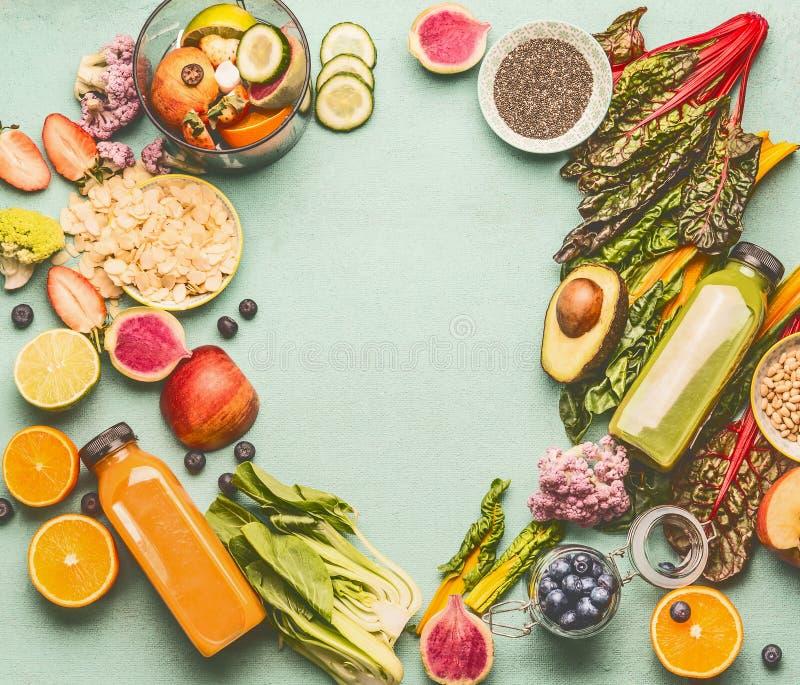 Las botellas sanas del smoothie o del jugo con las diversos frutas, verduras, bayas, semillas e ingredientes frescos de la nuez p fotografía de archivo libre de regalías