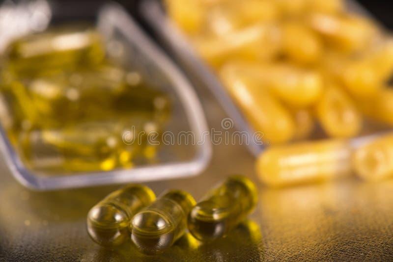 Las cápsulas de la extracción del cáñamo infundieron con el fragmento y el aceite de CBD imagenes de archivo