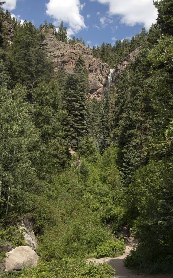 Las caídas del tesoro y el caminar popular se arrastran para conseguir más cercano a la cascada de 105 pies en San Juan Mountains imagenes de archivo