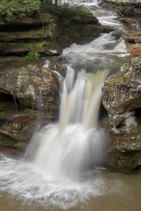 Las caídas superiores fluyen en viejo sirven la cueva Ohio fotos de archivo