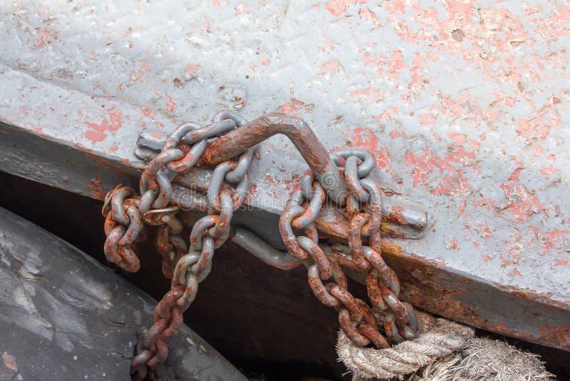 Las cadenas de acero aherrumbradas viejas fueron sujetadas al aro imagenes de archivo