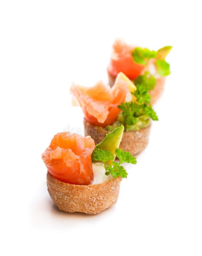 Las cajas curruscantes de los pasteles de Croustades llenaron de los salmones salados y del sistema de pesos americano foto de archivo libre de regalías
