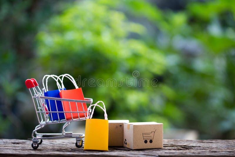 Las cajas de la pila en el ordenador portátil para el cliente pueden comprar del internetIdea electrónico de hacer compras en lín imagen de archivo libre de regalías