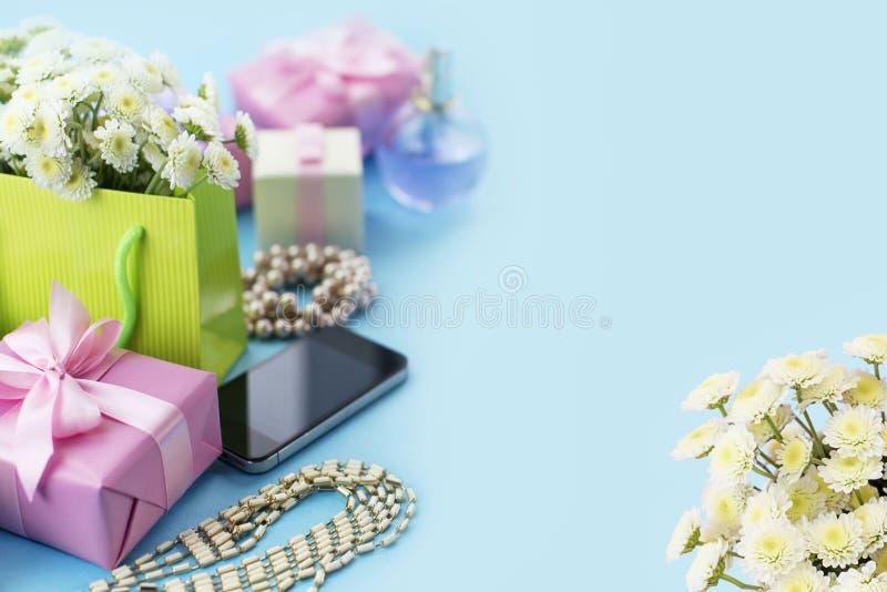 Las cajas decorativas de la composición con los regalos florecen el fondo del azul del día de fiesta de las compras de la joyería imágenes de archivo libres de regalías