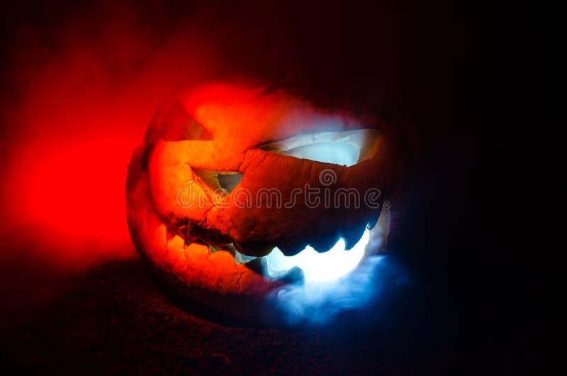 Las calabazas de Halloween sonríen y los ojos scrary para la noche del partido Ciérrese encima de vista de la calabaza asustadiza foto de archivo libre de regalías