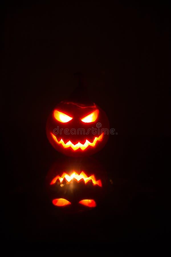 Las calabazas de Halloween sonríen y los ojos scrary para la noche del partido Ciérrese encima de vista de la calabaza asustadiza imagen de archivo