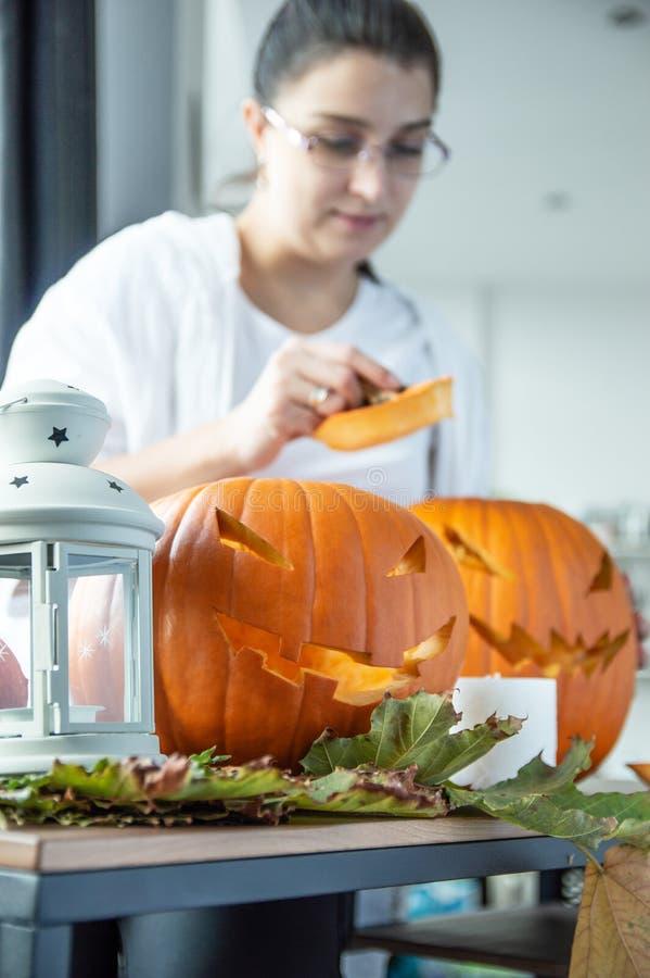 Las calabazas preparadas para Halloween mienten en la tabla imágenes de archivo libres de regalías