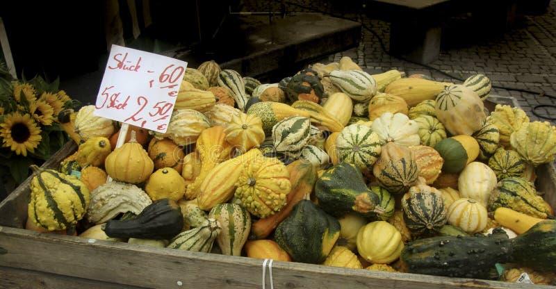 Las calabazas y la calabaza en los granjeros comercializan en venta en Autumn Fall Season fotos de archivo libres de regalías