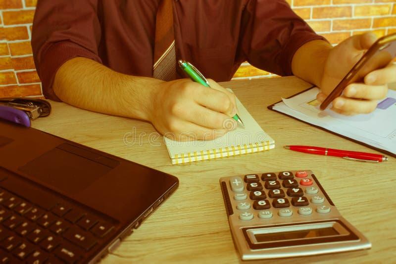 Las calculadoras, los propietarios de negocio, la contabilidad y la tecnología, el negocio, el ordenador, el ordenador portátil,  imagenes de archivo